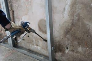 Un technicien qui a pour mission de confiner le garage pour assurer l'isolation