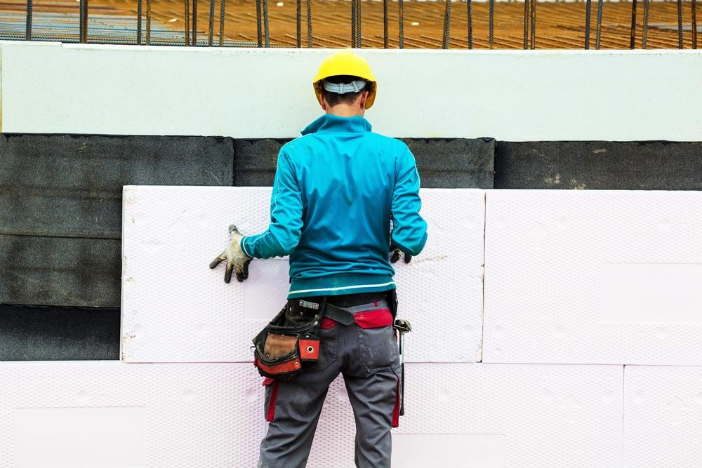 Un professionnel qui s'assure de la rénovation thermique d'un logement